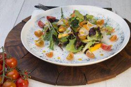 ensalada de brotes con choi sum y vinagreta de mango
