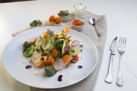Receta: Escalibada de verduras con Pack choi, acelgas y salsa de yogurt
