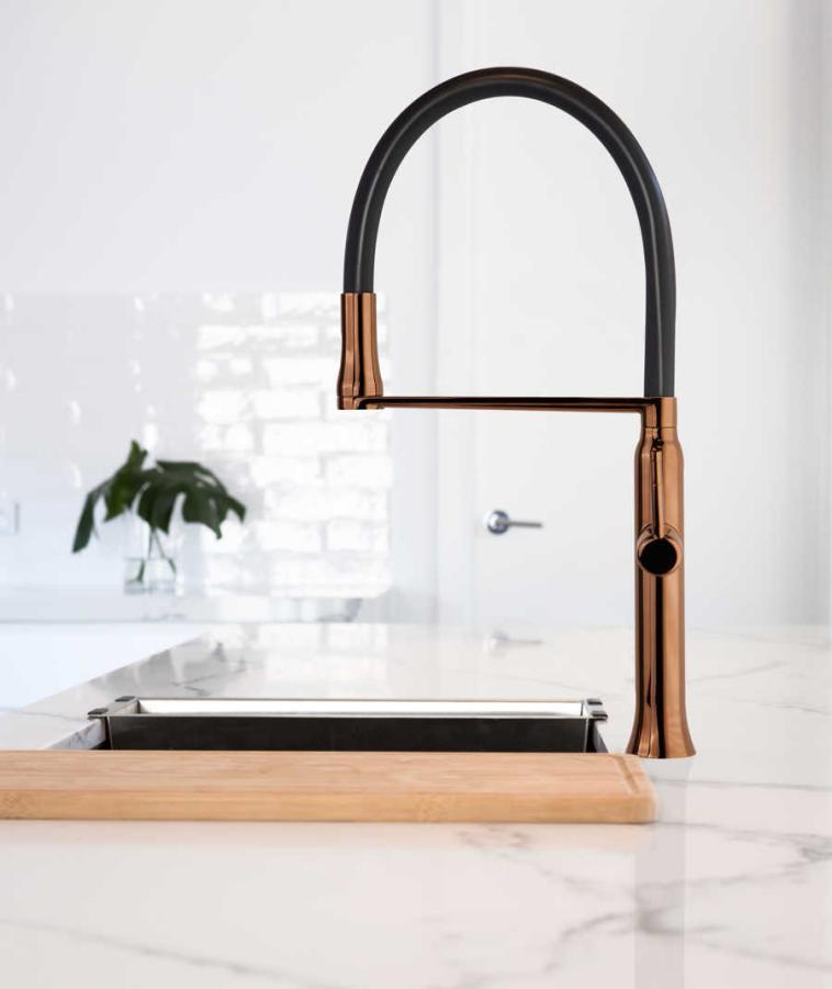 Grifo de cocina extraíble, con sistema de imanes, acabado cobre satinado de Ramon Soler®