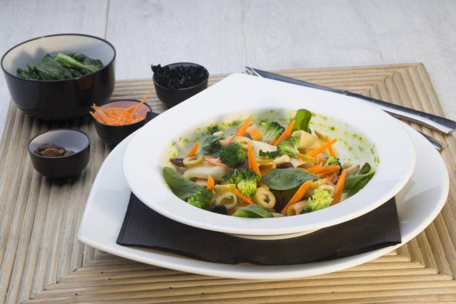 Ensalada de pasta con espinacas piñones pasas y brócoli