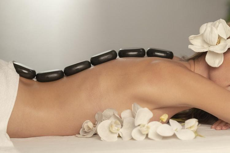 Un masaje con aceite y huesos de aguacate