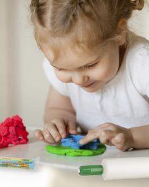 ¿Sabías que la plastilina ayuda a desarrollar la motricidad fina de nuestros niños?