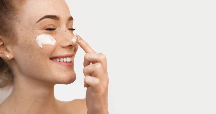 ¿Lunares o pecas?: cómo cuidar la piel con pigmentación irregular