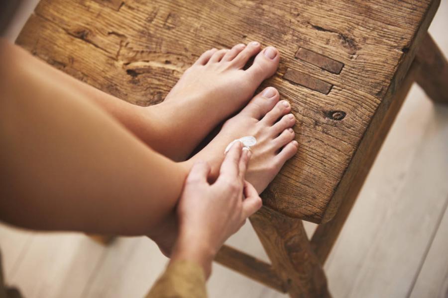 Cuida la salud de tus pies en verano con esta rutina de tres pasos para hacer en casa