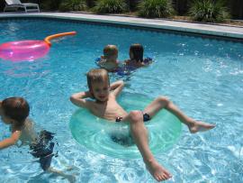 Este verano, poner una valla en la piscina y proteger a la familia.