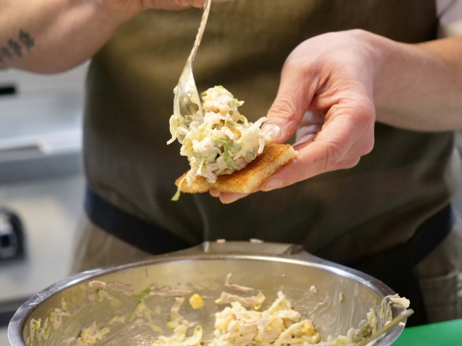 Propuesta gastronómica de Primaflor y Rodrigo de la Calle para disfrutar del verano de manera saludable: Tostadas de ensaladilla alemana con lechuga iceberg